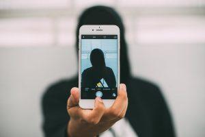 1. Selfita, o tulburare mintala ce consta in nevoia obsesiva de a publica selfie-uri
